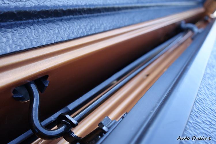 後尾門新增機械扭力桿,利用它的彈力特性,讓操作時所需施力一口氣減輕70%。