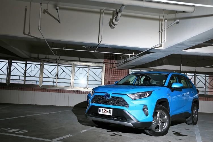 Hybrid油電混合版本在外觀與2.0升汽油車型沒有太大差異,只有多了湛藍色廠徽以及Hybrid銘牌。