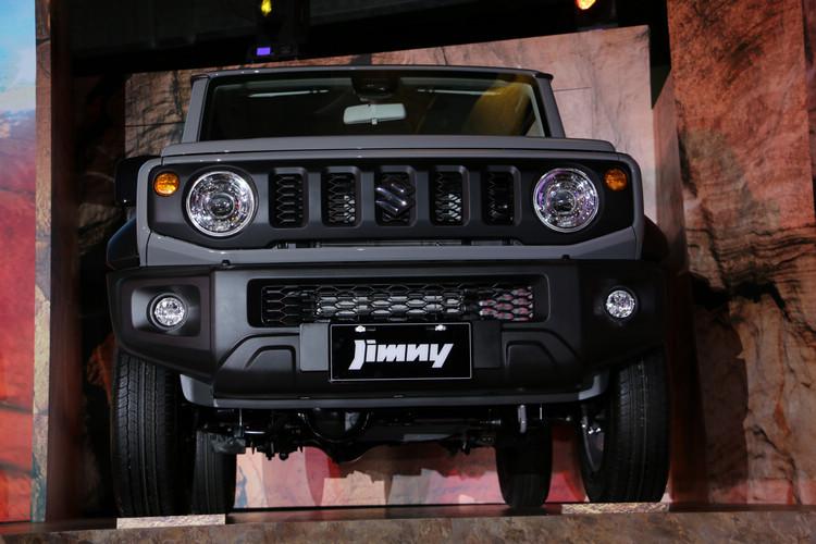 大改款第四代Jimny外型回歸一、二代方正稜角硬派外觀,擺脫當前主流的圓潤流線。