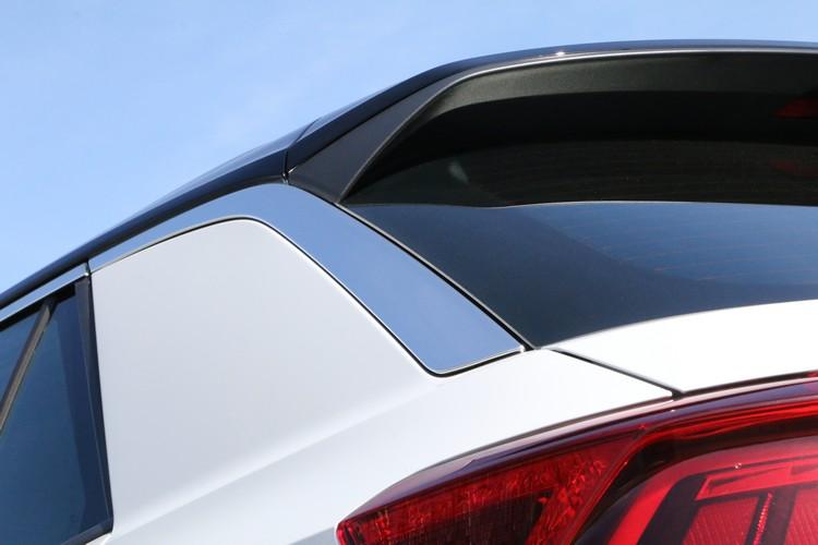 鍍鉻飾條延伸到C柱後方,尾翼擾流營造出動感的車尾形象。