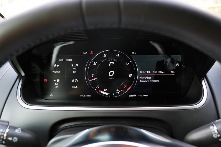進到車內,改款後最大不同處在於駕駛者前方的12.3吋高解析度儀表板,可切換不同模式顯示。