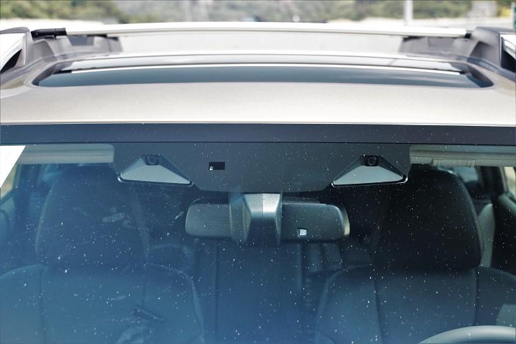 新型擋風玻璃與立體攝影鏡頭系統,提升幾近兩倍的廣度偵測是否有車輛突然進入車道,並採取預防措施,以達到Level 2的駕駛等級。