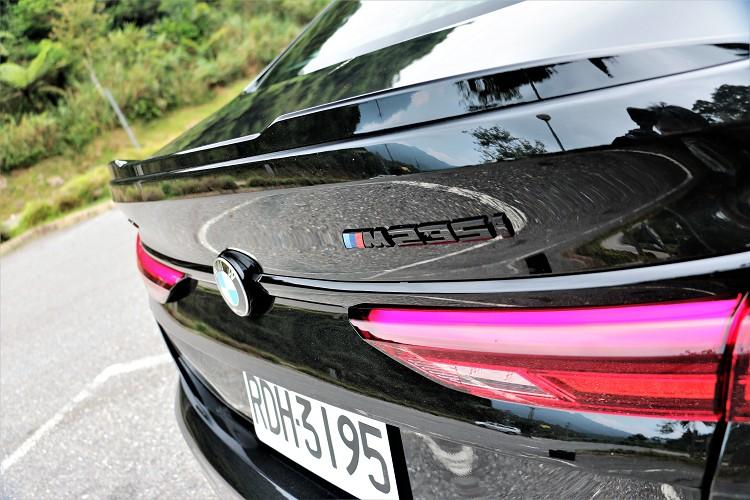 車尾的車型牌黑化處理,與一般車型刻劃出明顯差異。