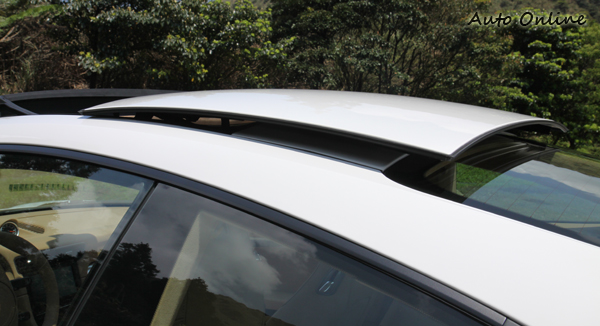 造型特殊的天窗開啟方式,幾乎是整片車頂板件向後移動。