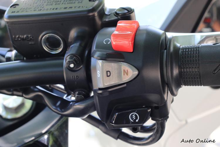 雙離合變速箱簡單來說就是沒有離合器拉柄的手排變速箱,因此要入空檔得用按的。