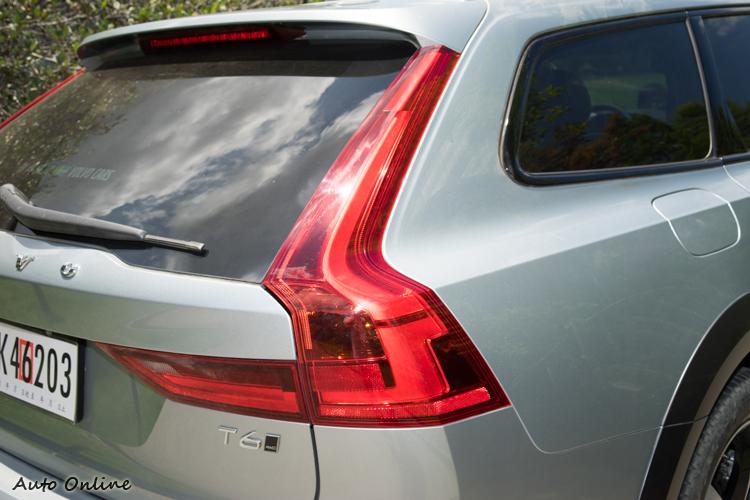 尾燈為直立造型,與S90有所不同。