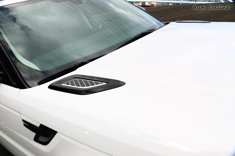 前葉子板與引擎蓋上方的散熱孔,用意用來突顯出車型運動感。