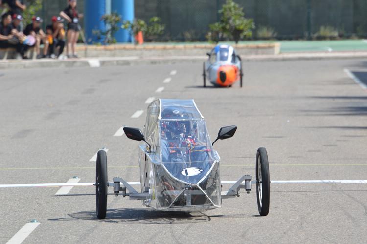 汽油車的省油競賽必須在30分鐘內完成16圈,再計算其燃油消耗量。