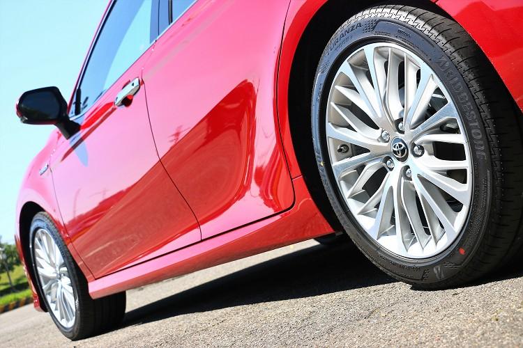 使用普利司通最新、標榜舒適兼顧性能的T005輪胎。