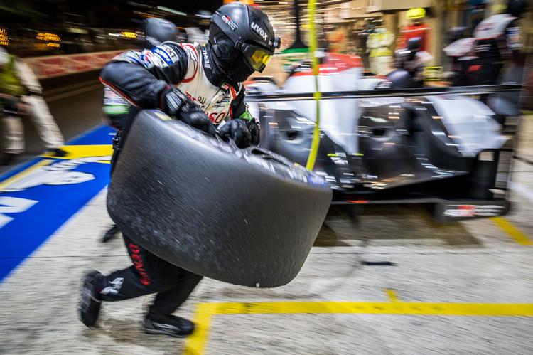 #7 Toyota賽車運氣在上半段比賽就已經用完,艱苦的比賽過程一直處於追擊狀態。