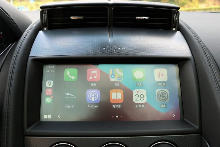 中控台上標配10吋智慧觸控顯示幕,支援Apple CarPlay娛樂系統。