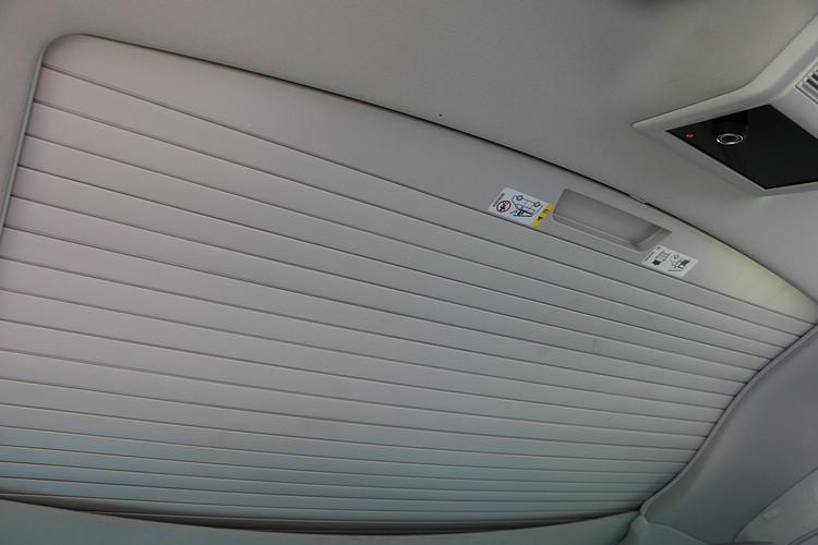 車頂帳打開前必須先把拉簾推開,行駛中最好也關上,避免帳篷布下垂影響視線,並可減少風切聲。