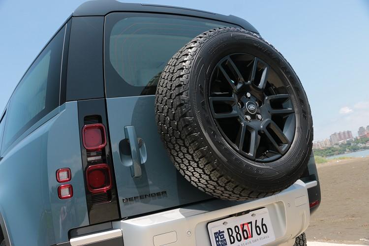 車尾的備胎外露,相當硬派的作風,尾燈更是二代Defender最美的地方。