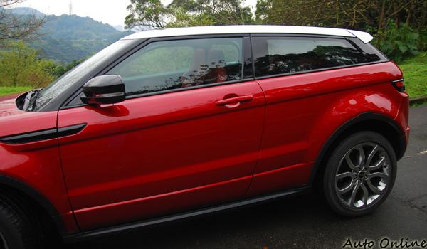 RANGE ROVER EVOQUE最令人讚嘆的,莫過前高後低的車頂線條加上前低後高的車輛肩線,讓幽暗黑色處理的A、B、C柱,把車頂隔離成像是漂浮在半空的獨立鈑件。
