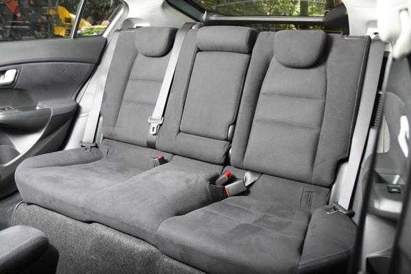 2012年式Insight將後座椅墊削薄,頂棚也重新設計,椅墊跟頂棚改良後後座頭部可以增加約1.5cm的空間。