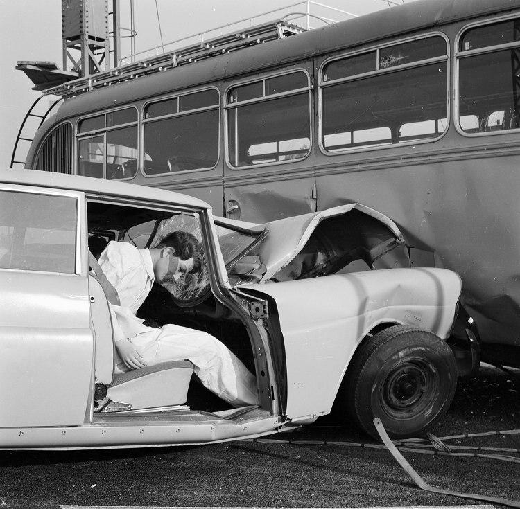 世界上第一部擁有安全車體結構設計的汽車W111,是經歷多項實車撞擊測試後才推出。照片中是以遠超過當今標準的「時速86km/h」車速撞上巴士的測試,工程師正在檢視損壞情形。