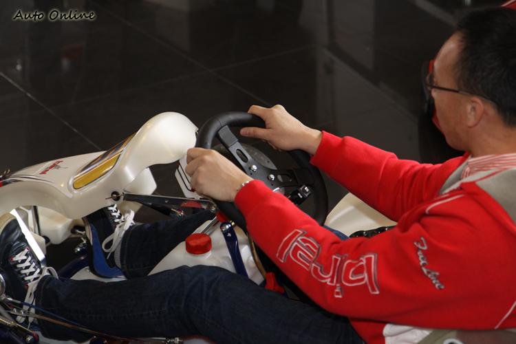 卡丁車標準握方向盤位置在10點與2點鐘方向。