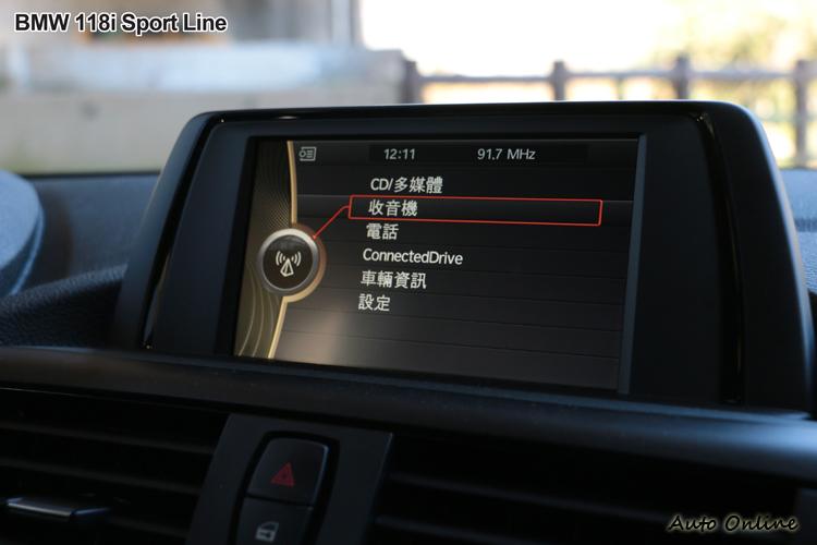 中控台上方有6.5吋螢幕,螢幕採固定式無法收折。