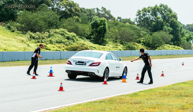 每個AMG教練都是職業賽車手,烈日下悉心指導學員,非常辛苦。珠海賽道氣溫和台灣南部一樣熱,動輒35度C。