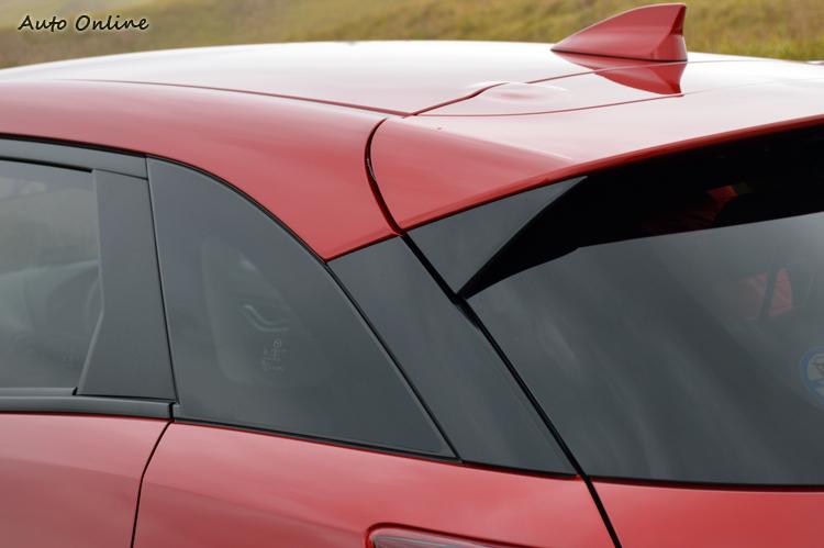 BCD柱都以黑色處理,讓視覺焦點得以延伸至車尾,也營造出獨特的懸浮車頂。