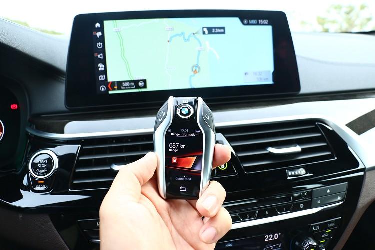 可檢控車輛行駛里程、保養資訊及預先設定送風時間等功能的智慧型螢幕鑰匙,與7系列相同。
