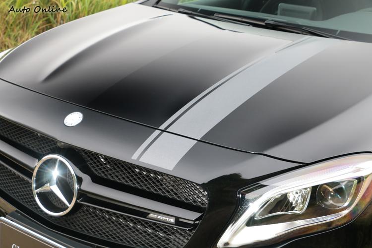 如同許多純種跑車,坐在駕駛座上上,可以清楚地看見引擎蓋上的兩道隆起折線。