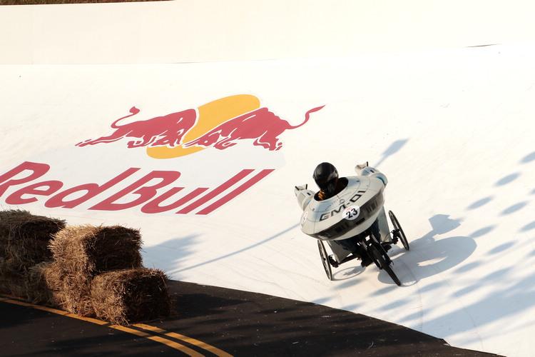 為了增加比賽趣味和難度,賽道中也設置了各種斜坡、減速彎和跳台讓參賽者挑戰。