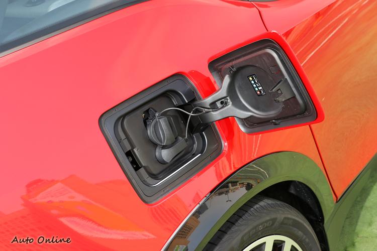 上面的插頭是一般充電使用,下面的則是快充專用插頭。