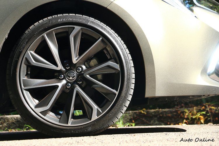 旗艦型搭配18吋十幅式運動化雙色鋁圈,如果是尊爵型會使用適合日常的16吋五幅式動感鋁圈。