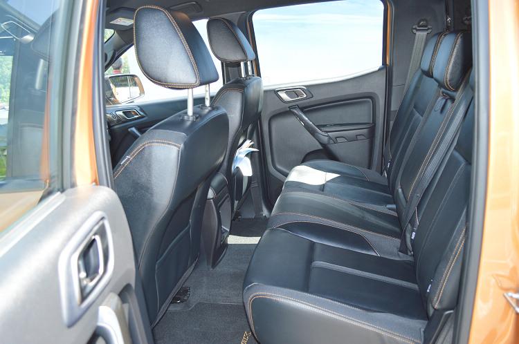 黑色基調搭配琥魄橘色縫線的座椅配置,皮布雙材質的搭配兼顧高級感和抗滑性。