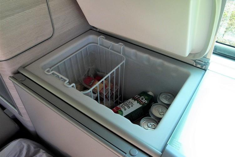 冰箱電力來源主要是靠車內兩個獨立電瓶供電,到了露營區也可連接外部供電。