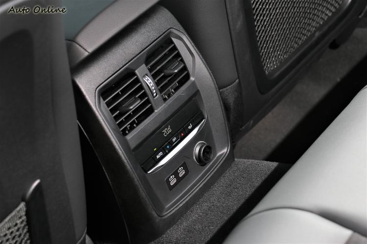 標配有後座獨立溫度冷氣出風口與兩個Type C電源插孔,享有最舒適、貼心的乘坐環境。
