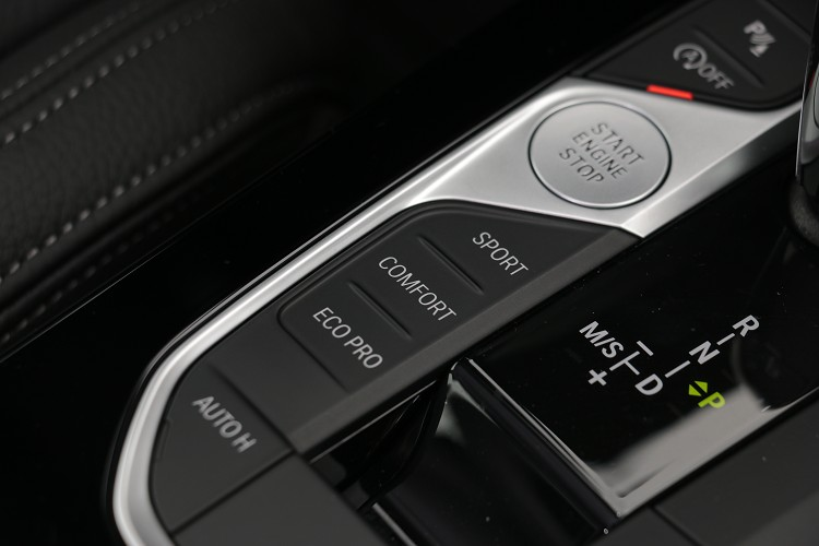 行車模式的切換,主動運動化避震器惠珍的調整軟硬。