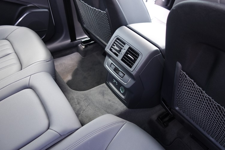 除了專屬空調出風口及溫度控制,後座也有專屬的12V和USB充電設備。