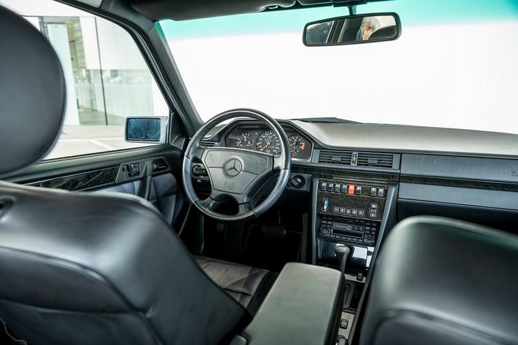 高性能限量版500E在內裝上使用大量皮革與木材,門框與車身同色。
