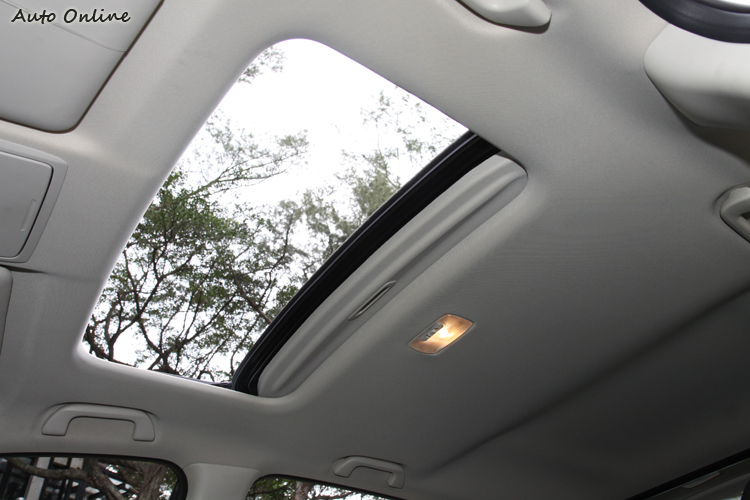 電動天窗自2.4 VTi-S等級就列入標配。