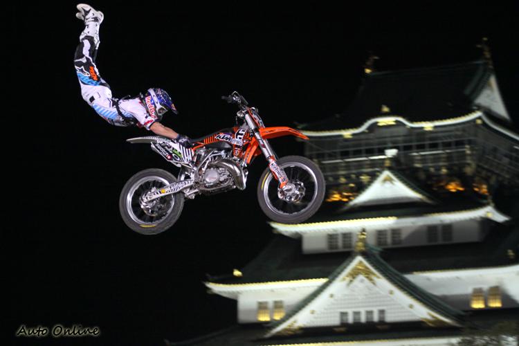 飛躍之後的畫面剛好在大阪神城堡前方,自然成為宣傳觀光的好契機。