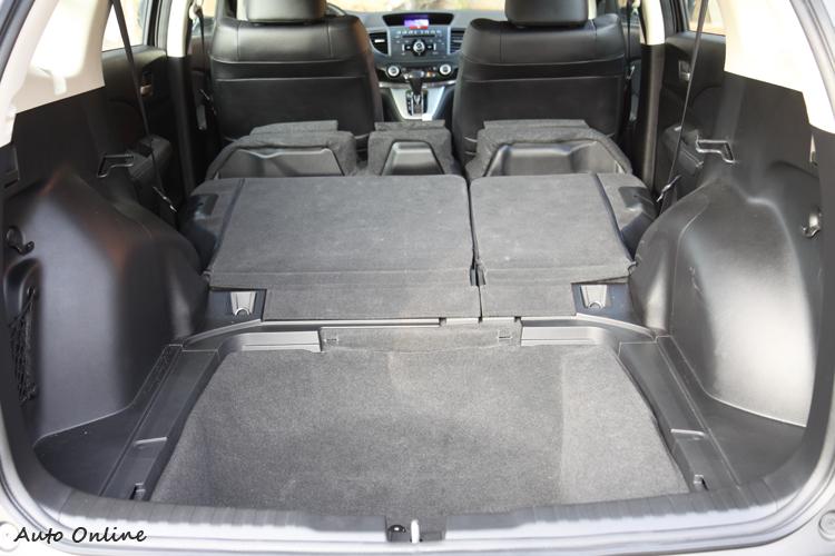 後座非完全平整,但空間夠大且一個動作就可讓座椅翻倒。