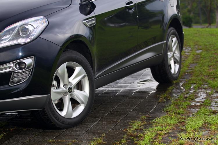 車側在側裙位置增加立體化的飾板,以塑料材質將車頭與車尾下緣連成一線。