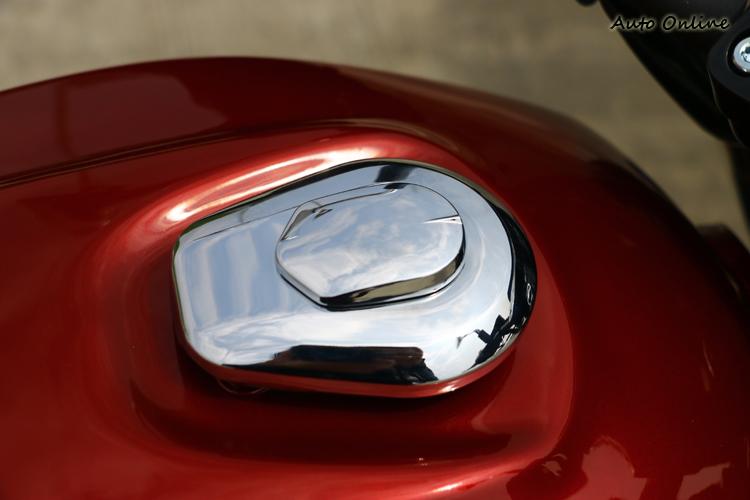 油箱蓋亮晶晶的很有質感,周圍的油箱也做出複雜的立體線條。