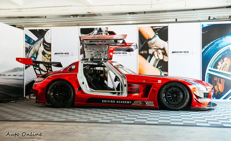 現役SLS GT3是這次訓練的獎賞,Auto-X測驗前三名可以坐副駕體驗賽車手在高溫下穿著防火賽車服,承受強大的G力,有多麼辛苦!