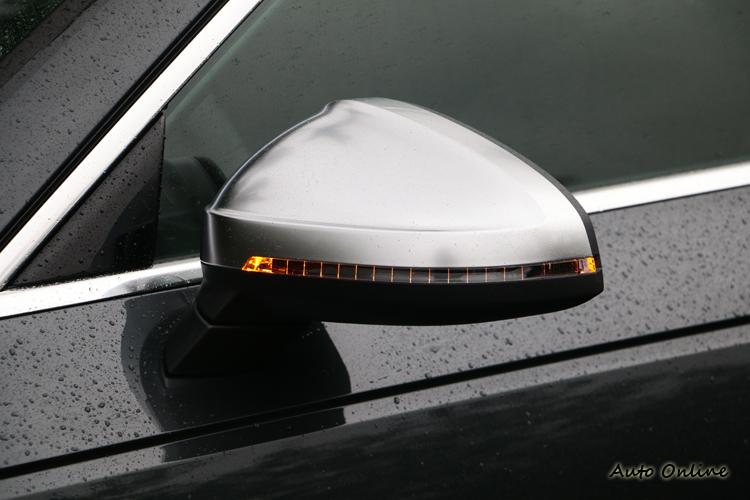 S Model必備的霧銀鋁質後視鏡外殼,在這款車上同樣少不了。
