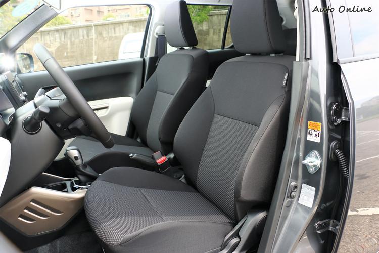 不織布設計的座椅材質,腿部與腰部兩側有高聳的支撐面,包覆性相當好。