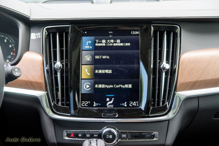 九吋紅外線觸控影音螢幕是車內多項功能操作的主介面。