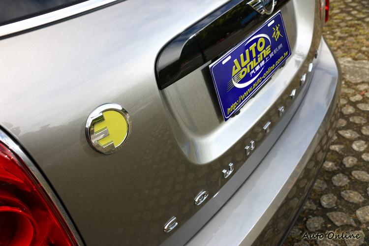 車尾有一個黃色的插頭,代表它是一輛插電式混合動力。
