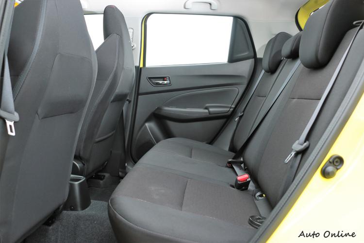 後座空間夠用不寬敞,以一輛小型掀背車的表現只能說剛剛好。