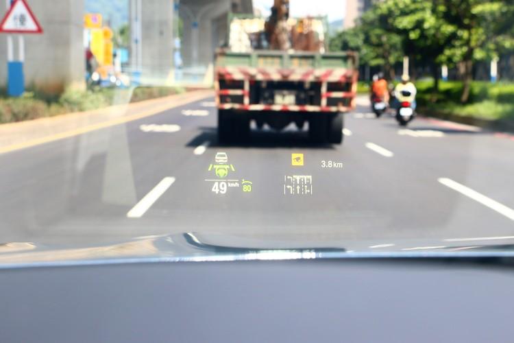 標準配備主動車距控制系統和主動車道維持系統,可由抬頭顯示幕了解目前狀況。