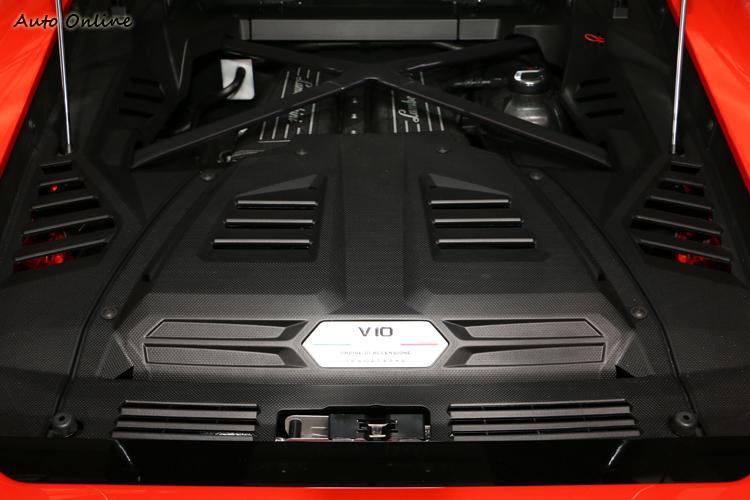 5.2升V10自然進氣引擎讓0-100km/h加速僅需 2.9 秒,極速高達325km/h。