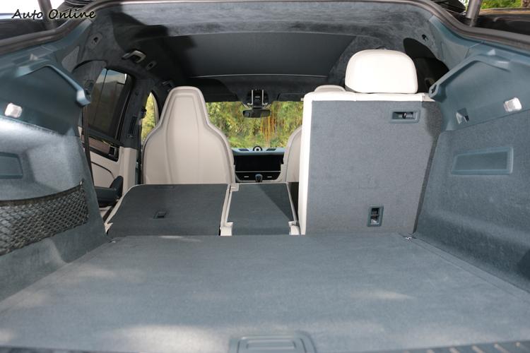 後座椅背提供 40/20/40 向前傾倒功能,創造平坦置物空間,行李廂容積可由600公升至1510公升間變換。