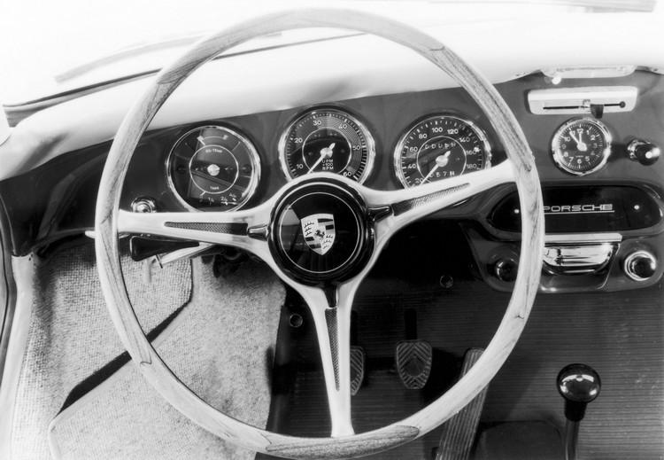 在1964年Porsche 356 C這部保時捷老祖宗車上,方向盤就只有簡單的原木轉環和金屬支架。